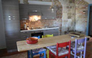 Casa Vacanze Cammigione Costa Smeralda - cucina parete rustica